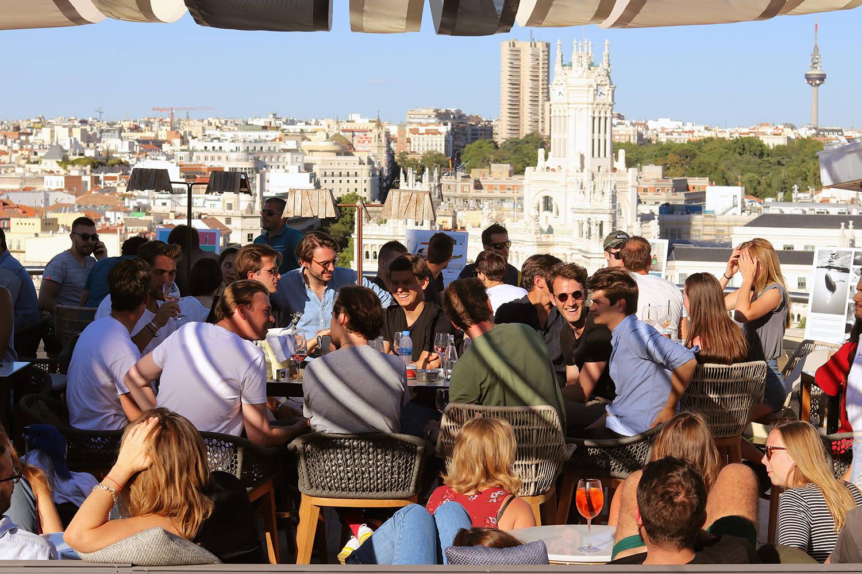 Ambiente internacional en la terraza más emblemática de Madrid